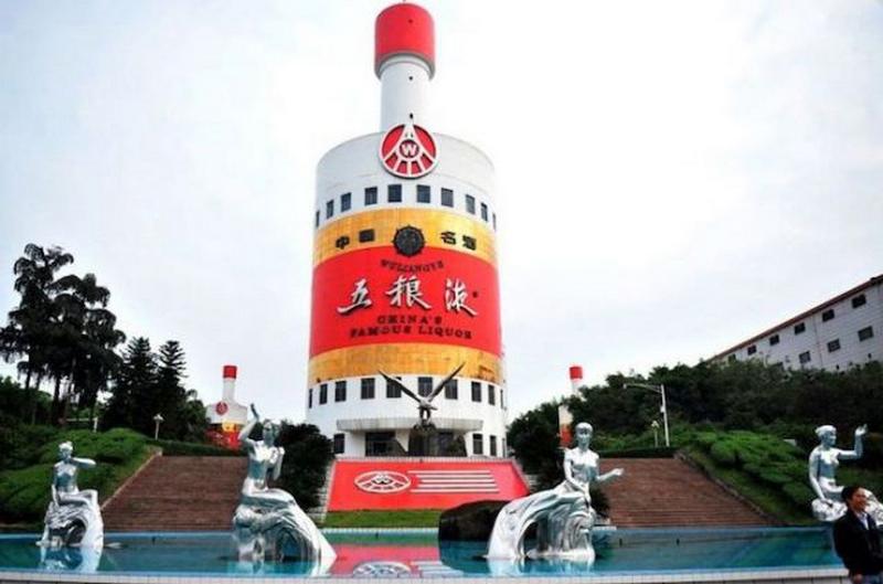 Здание крупного производителя алкогольной продукции в форме бутылки.