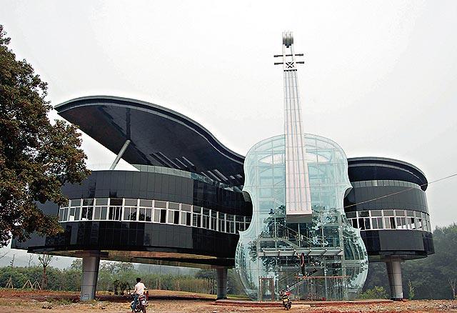 Здание выставочного комплекса в Хуайнань в форме рояля и скрипки.