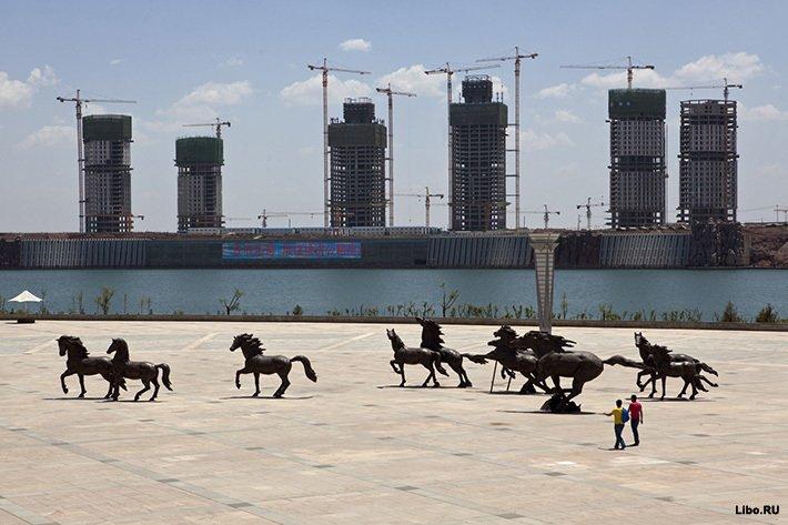 Площадь в крупнейшем китайском городе-призраке Ордосе.