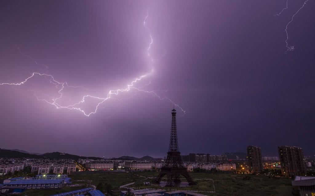 """Эйфелева башня в китайском """"Париже"""" в грозу."""