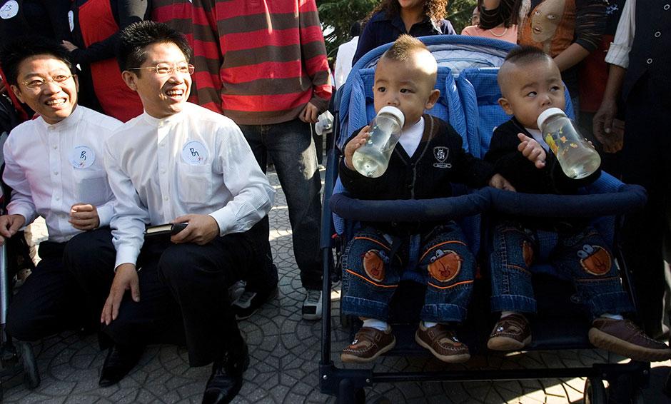 Фестиваль двойняшек. Фото: Ng Han Guan / AP. Источник - lenta.ru