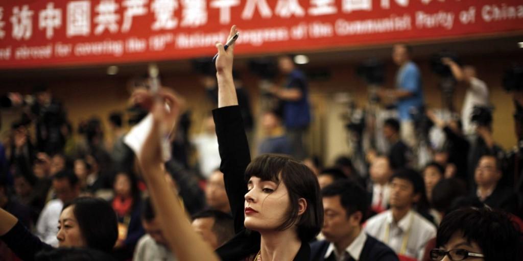 Иностранный журналистый поднял руку для вопроса на новой пресс-конференции в Пекние. Источник - Reuters/Carlos Barria