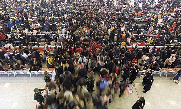Очередь за билетами на поезд в Китае во время весеннего фестиваля