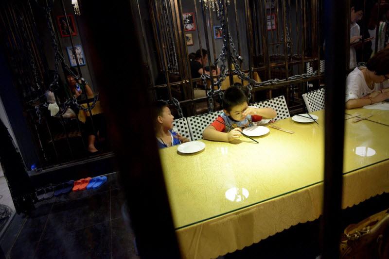 Дети в ресторане-тюрьме