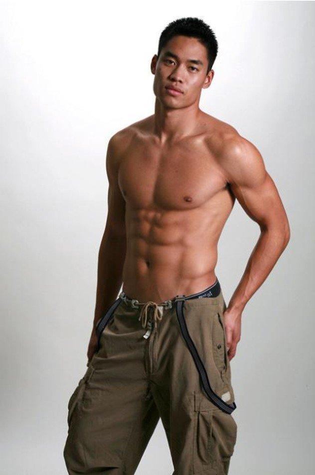 David Bradley Lim с голым торсом. Источник фото - missosology.info