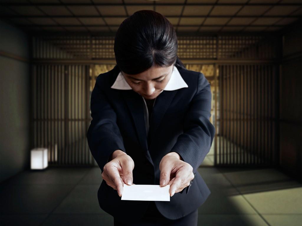 Китаянка вручает визитку компании