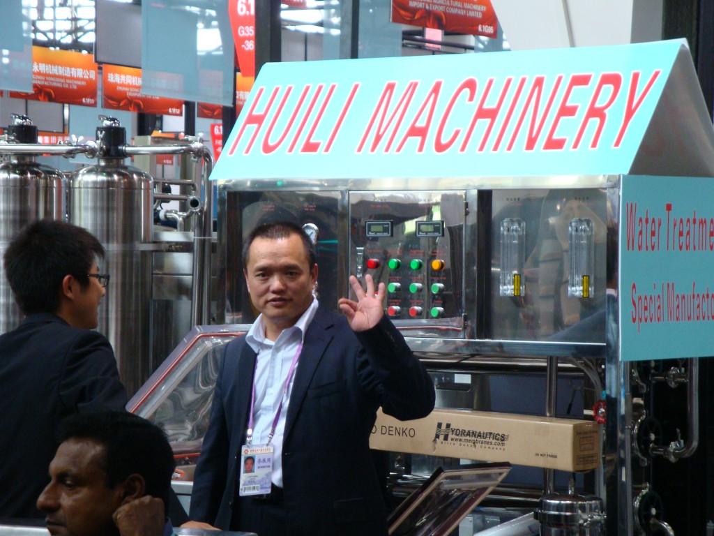 Китаец демонстрирует качество товаров своей компании