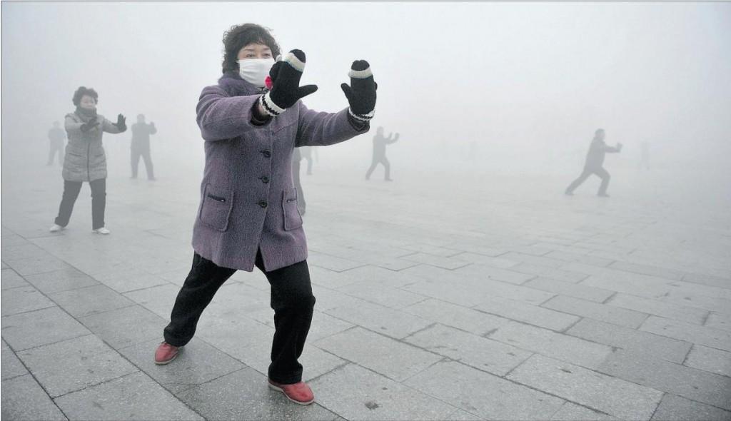 Китайские пенсионеры в смоге