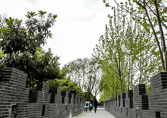Критики называют реплику Великой стены подделкой. Источник: shanghaiist.com