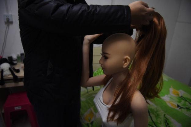 """Лю меняет парик своей """"подружке"""". Источник: news.asiaone.com"""