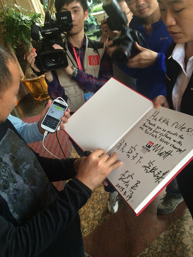 Мандариновый Бро раздает автографы!