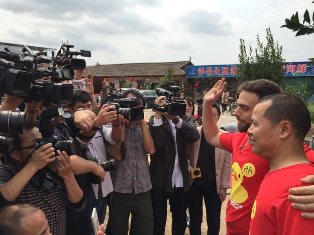 Репортеры снимают Мэтта с Бро перед рестораном