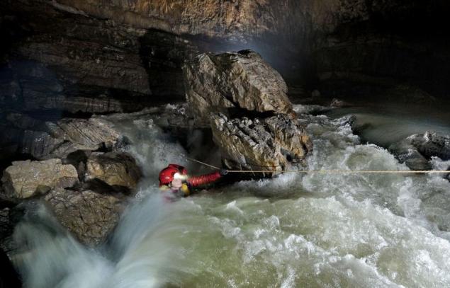 Переправа через подземную реку. Источник: www.viralands.com