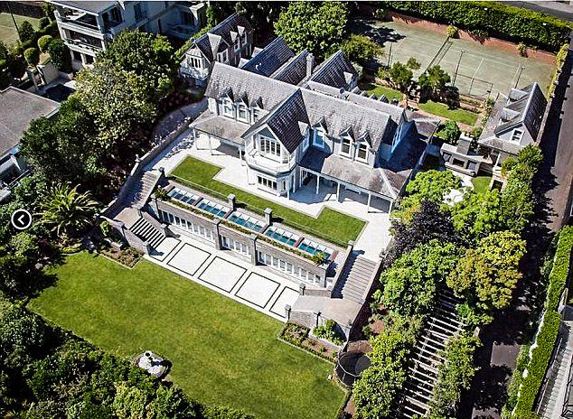 Помимо земли, новой владелице теперь принадлежат дома, пляжи и взлетная полоса. Источник: www.dailymail.co.uk