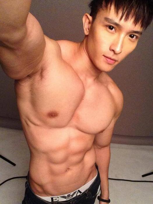 Селфи с голым торсом от Chan Tan San. Источник фото - twicsy.com