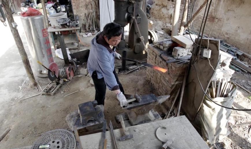 В доме кузнеца - все в мечах. Даже в кухне и ванной комнате. Источник: shanghaiist.com