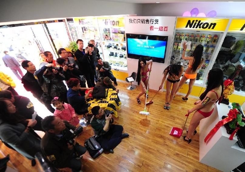 """Злые языки утверждают, что и до """"уборки"""" новый магазин был чистым. Источник: news.xinhuanet.com"""