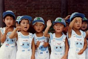 Мальчики в комбинезонах. Источник: www.asianews.it