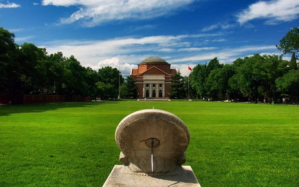 Университет Цинхуа тоже принял участие в рейтинге, но в десятку не вошел Источник: positivepsychologyprogram.com/