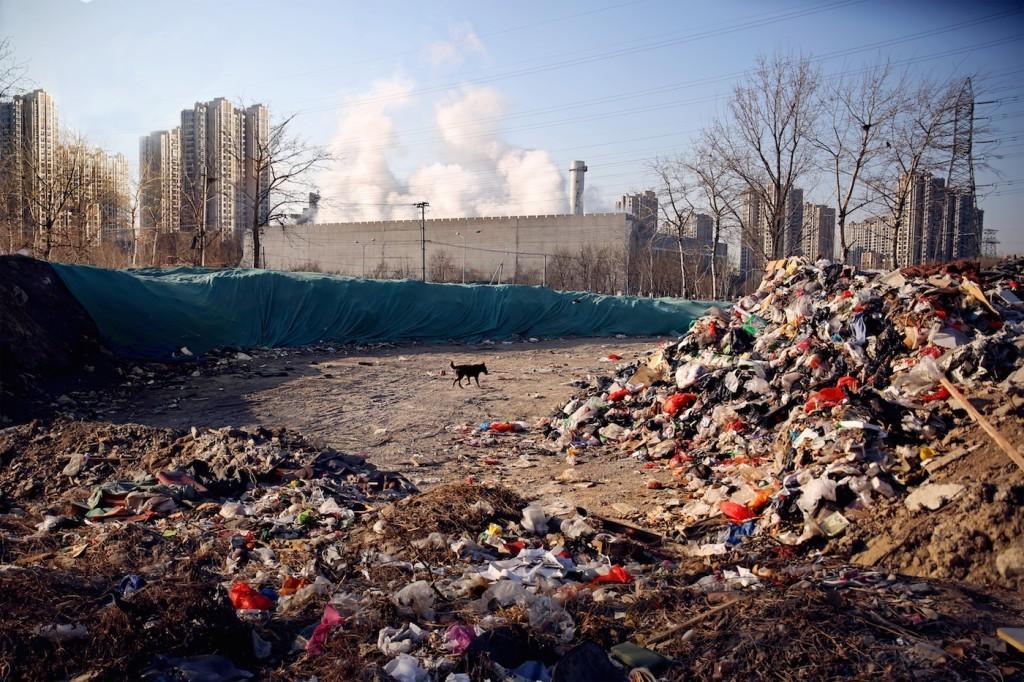 Незаконная свалка находится вблизи от жилых трущоб. Источник: www.wired.com
