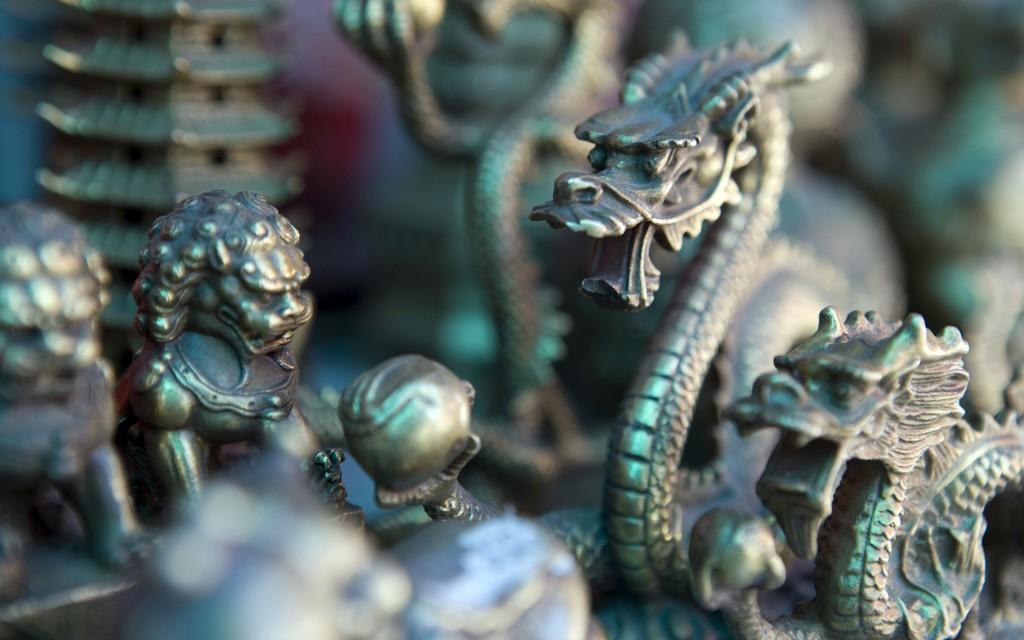 Бронзовые сувениры в пекинской лавке