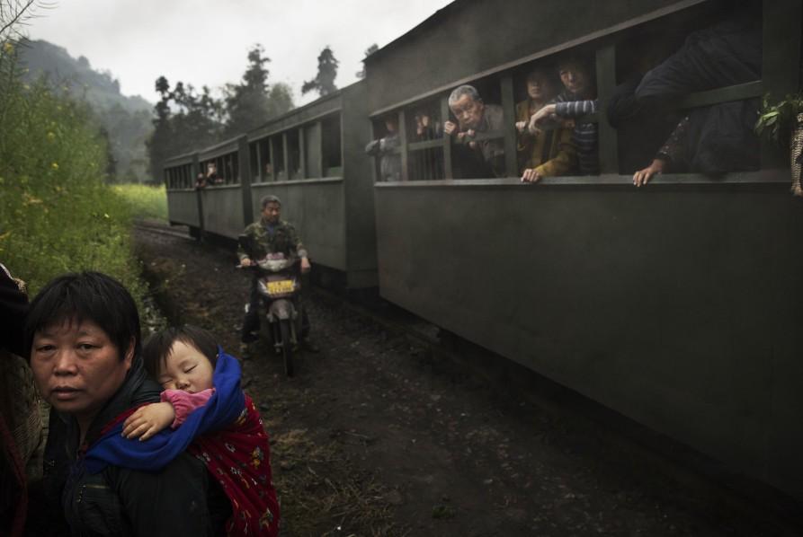Дама с ребенком. 27 марта 2015. Провинция Сычуань. Источник: huffingtonpost.com