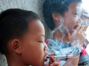 Маленькие китайцы курят