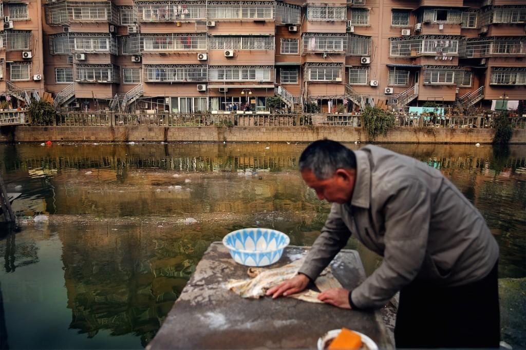 Другой воды, кроме той, что в реке, у местных жителей нет. Источник: www.wired.com