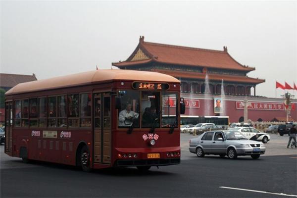 Экскурсионный автобус, стилизованный под старину, на площади Тяньаньмэнь в Пекине