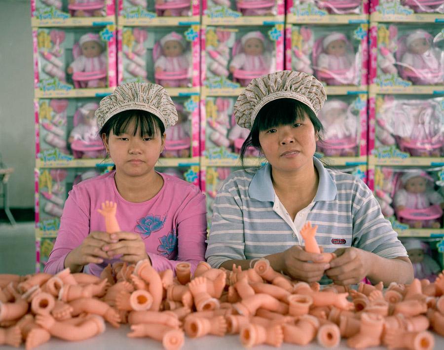 Работницы фабрики игрушек в Китае за работой. Источник: mail.avivas.ru