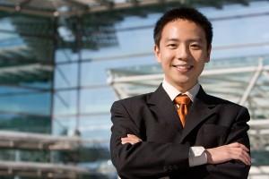 Знающий китаец - улыбающийся китаец Фото:https://asiarisingtv.com