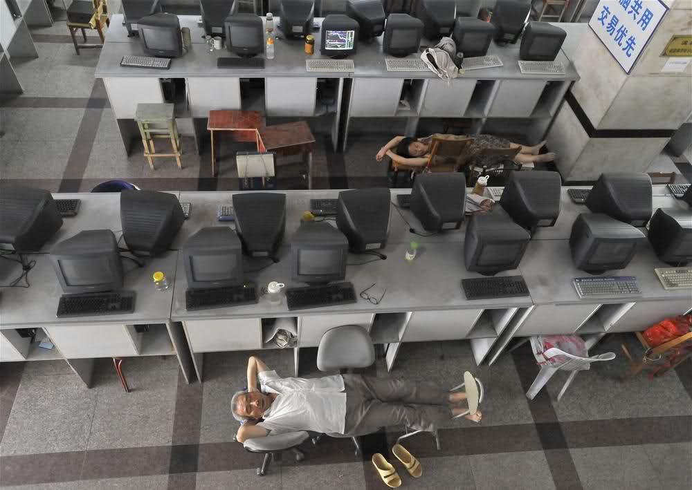 Китайская сиеста на работе. Источник: www.komikler.com