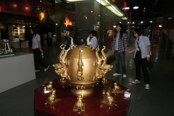 Китайский сейсмограф в музее. Источник фото - baidu.com