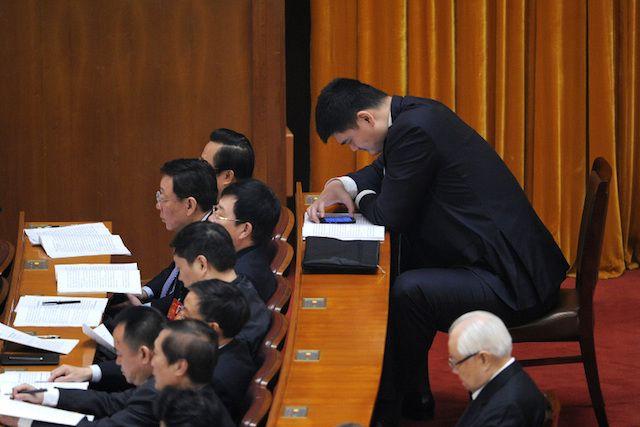 Яо Мин на заседании
