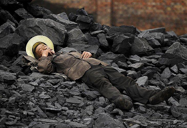 Китаец курит на работе