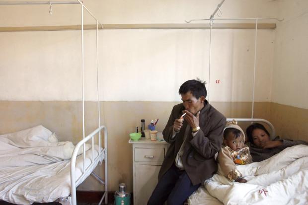 Китаец курит в больничной палате