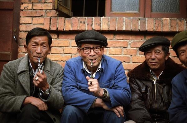 Китайцы курят на улице