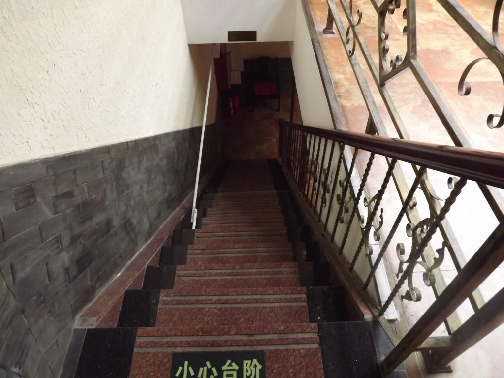 Вместо лифта, только длинная лестница наверх. Фото автора.
