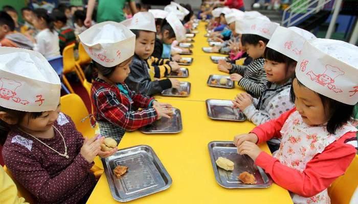 Маленькие китайцы за лепкой из теста. Источник: www.newworldmayfair.com
