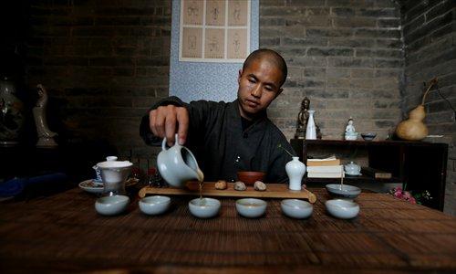 Мастер Яньбан проводит чайную церемонию