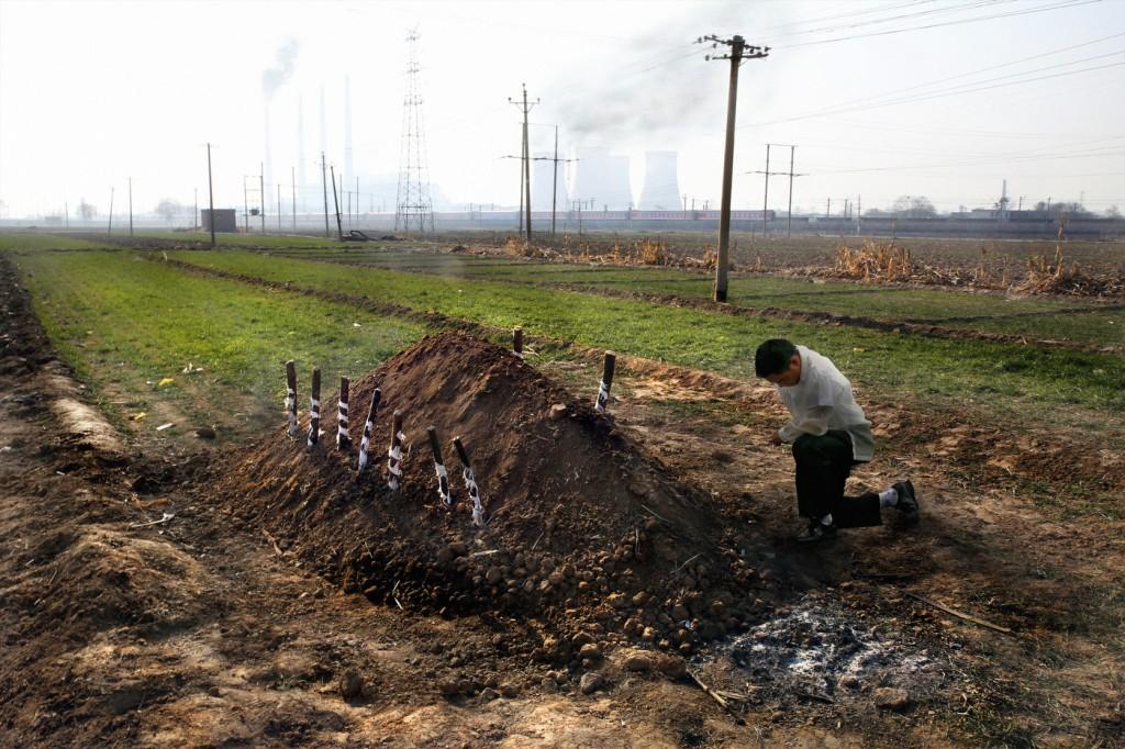 На могиле юноши, умершего от передозировки хрома. Источник: www.wired.com