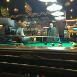 Люди играют в бильярд в Orden боулинге, Шанхай