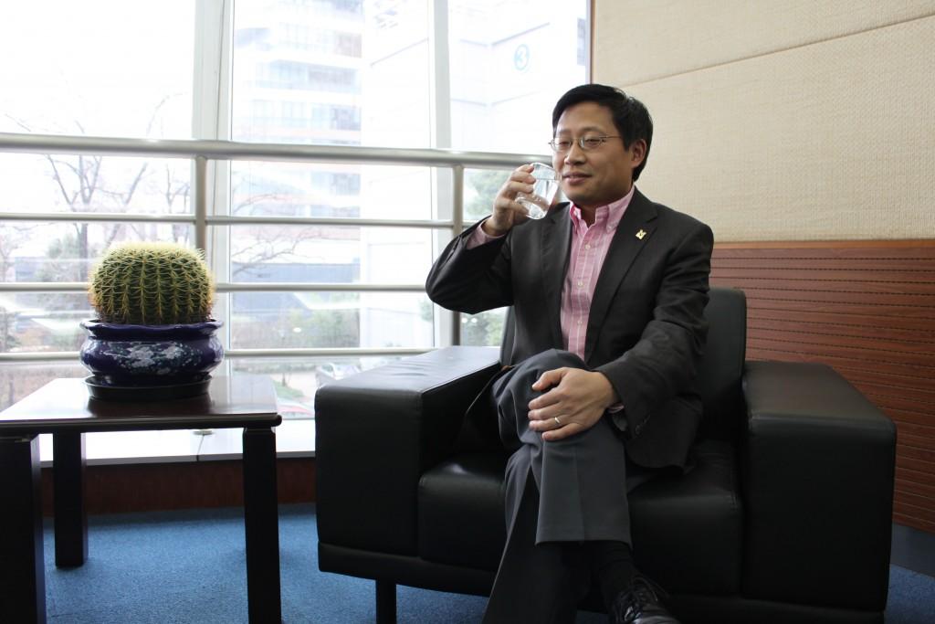 китаец пьет теплую воду