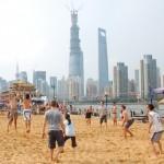 Люди играют в волейбол на пляже Cool Docks, Шанхай