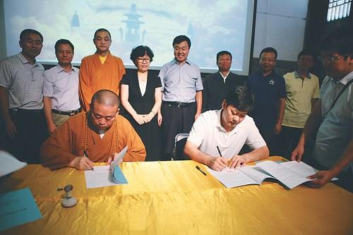 Подписание договора между властями и представителем Шаолиня