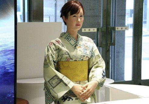 девушка-робот в японском магазине