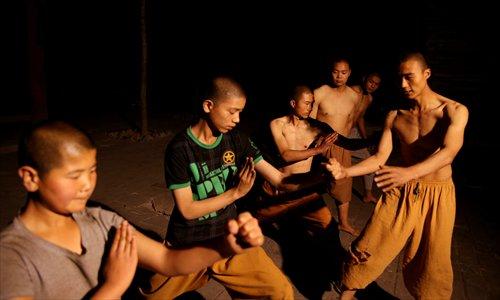 Юные послушники монастыря Цзышоу отрабатывают элементы кунг-фу