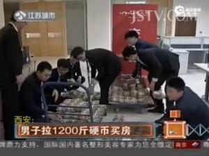 Пересчет денег за квартиру. Кадр из видеосюжета китайской телекомпании. Источник: english.sina.com