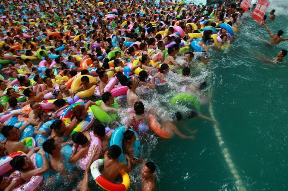 Толпа в китайском аквапарке