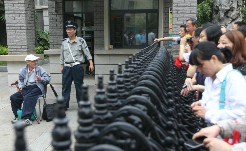 пожилой китаец сдает экзамен гаокао в 19-й раз